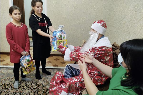 Коллектив исправительной колонии № 2 поздравил с наступающим Новым годом детей своих коллег
