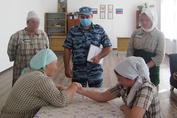 Осужденные женщины состязались в рукоборье