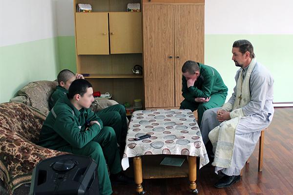 Протоиерей Валерий Галкин беседует с воспитанниками КВК