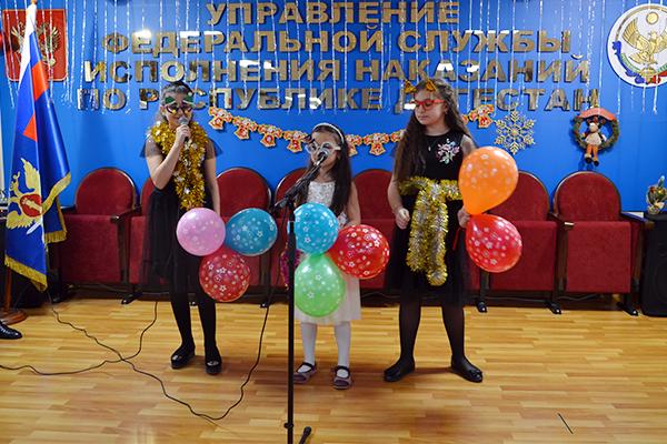 Исполняют песню дети сотрудников УФСИН