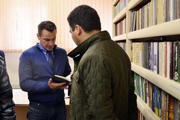 Дмитрий Носов проверяет литературу из библиотечного фонда СИЗО-1