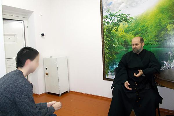 Иеродиакон Лазарь беседует с осужденным отряда хозяйственного обслуживания в СИЗО-1