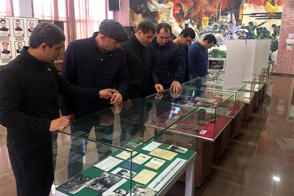 Сотрудники СИЗО-2 просматривают экспозиции в музее боевой славы