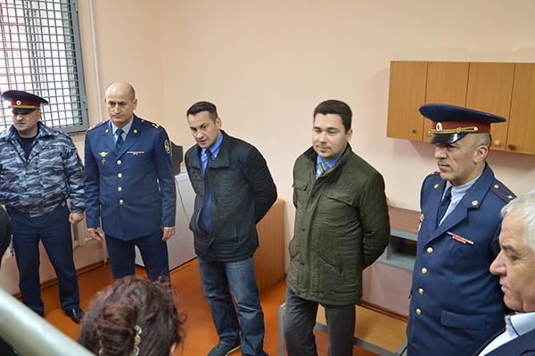 Член комиссии ОП РФ Дмитрий Носов беседует с подследственными женщинами