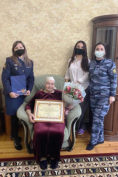 Сотрудники Центра инженерно-технического обеспечения и вооружения поздравили ветерана УИС с юбилеем